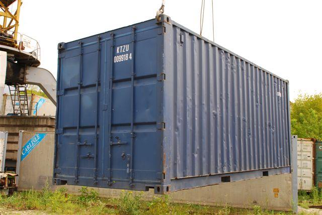 Сухогрузный контейнер во время погрузки